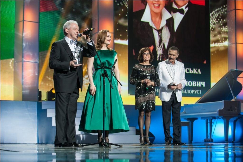 Народные артисты Беларуси Ядвига Поплавская и Александр Тиханович   получают международную премию
