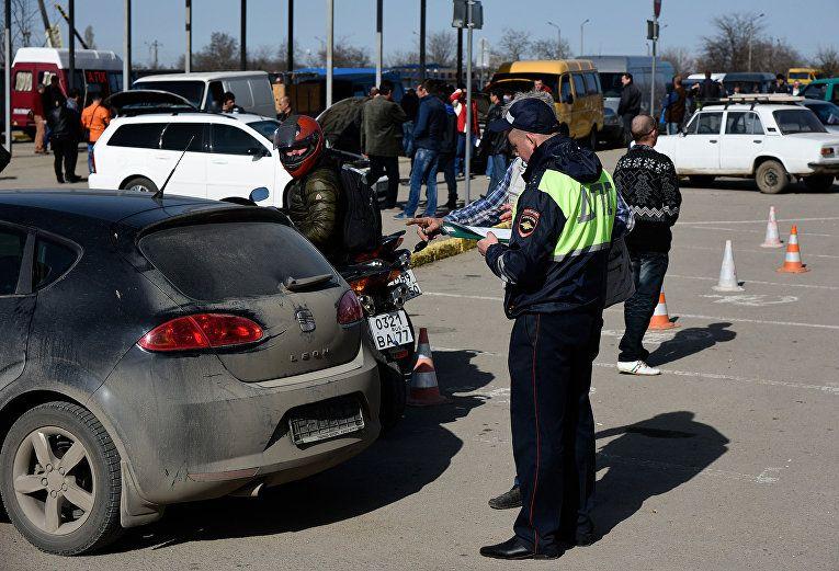 В Крым не пропускают автомобили с крымскими номерами украинской регистрации / фото РИА Новости