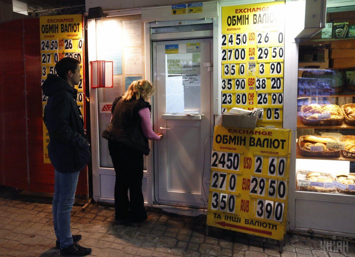 Руб. уступает позиции доллару иевро
