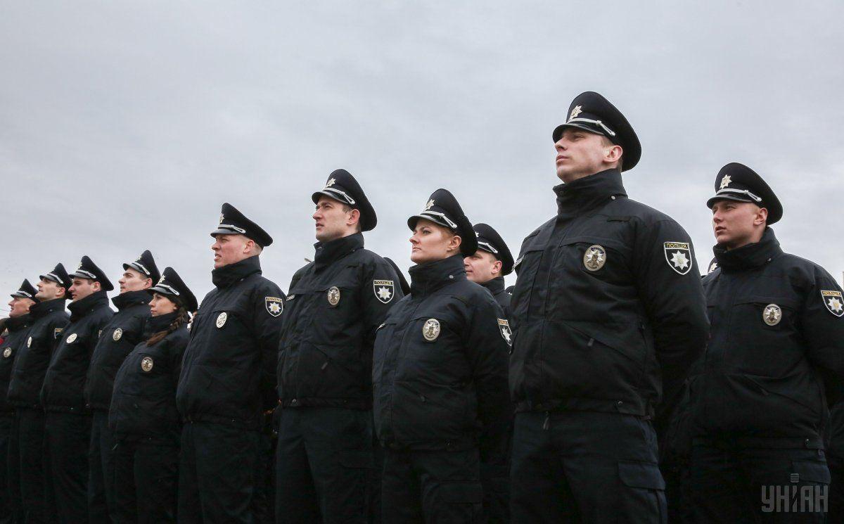 Поліцейські сподіваються, що паперової роботи стане менше / Фото УНІАН