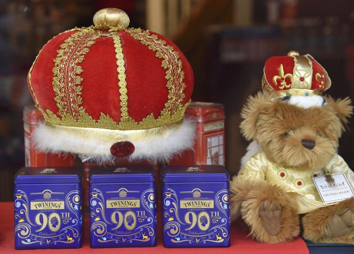 Британские магазины продают множество сувениров по случаю 90-летия королевы / REUTERS