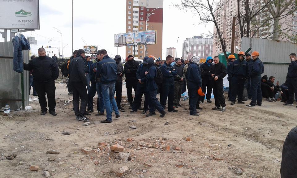 20 апреля возобновились столкновения на скандальной стройке на Позняках / фото УНИАН