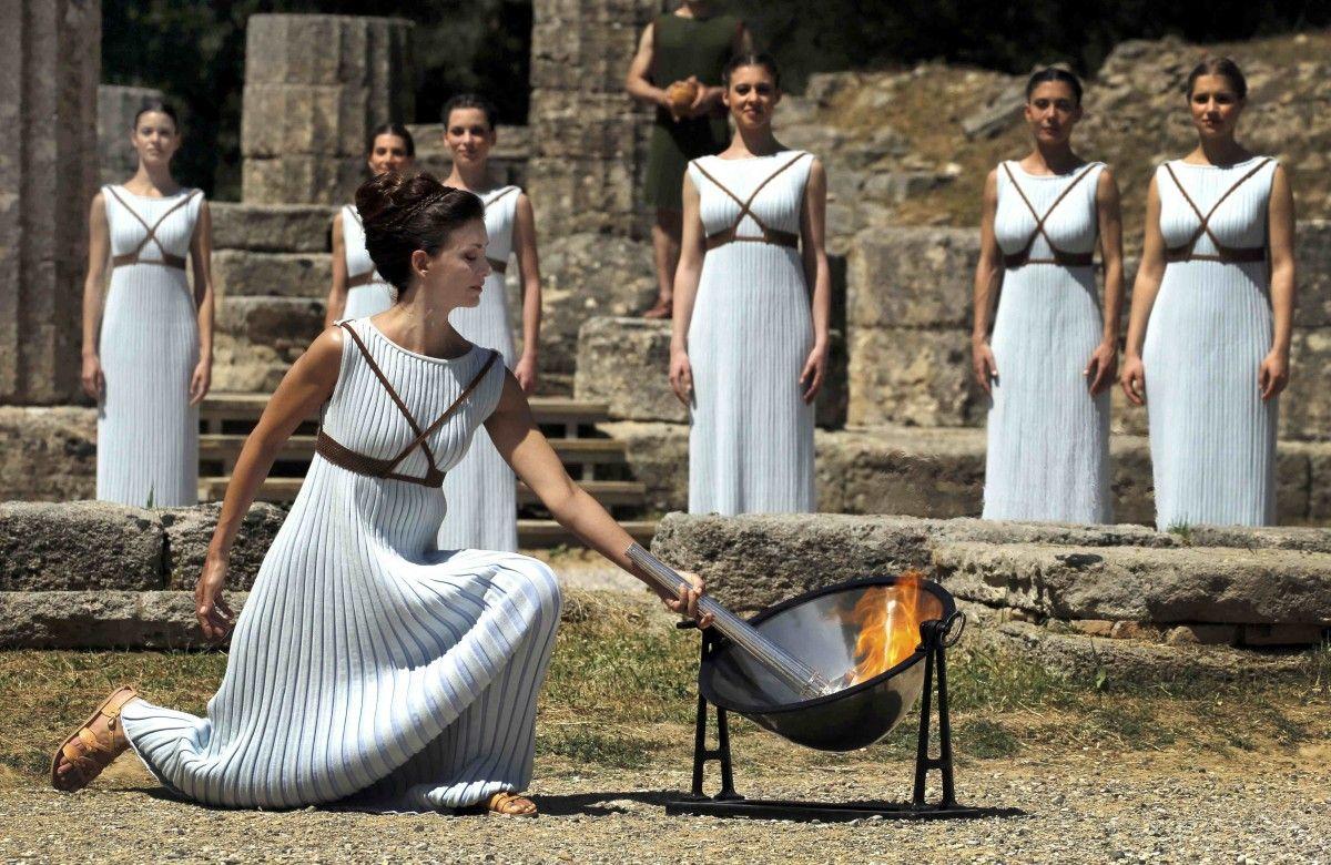 Олимпийский огонь зажигают из специальной зеркальной чаши  / REUTERS