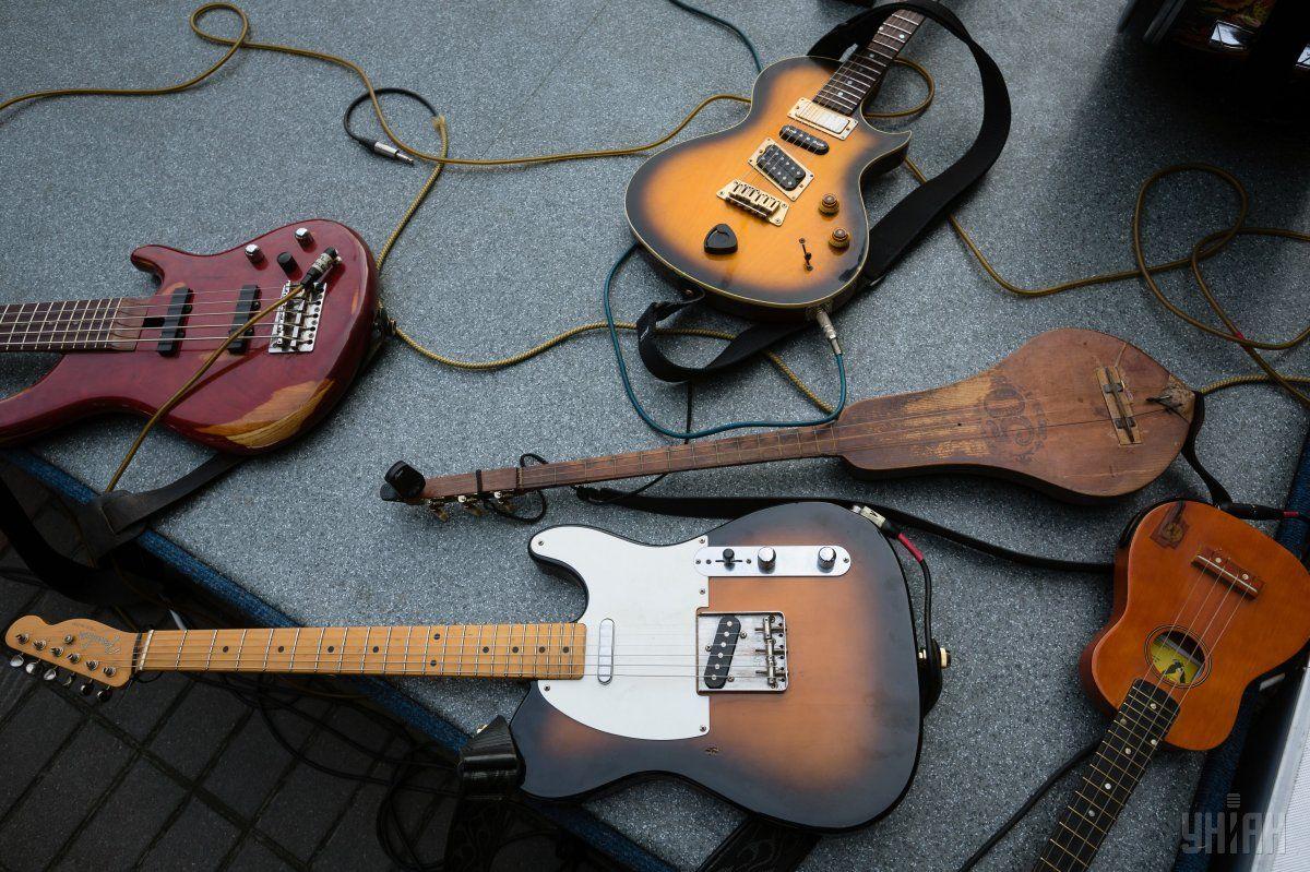 Музиканти підготували інструменти до поїздки / УНІАН