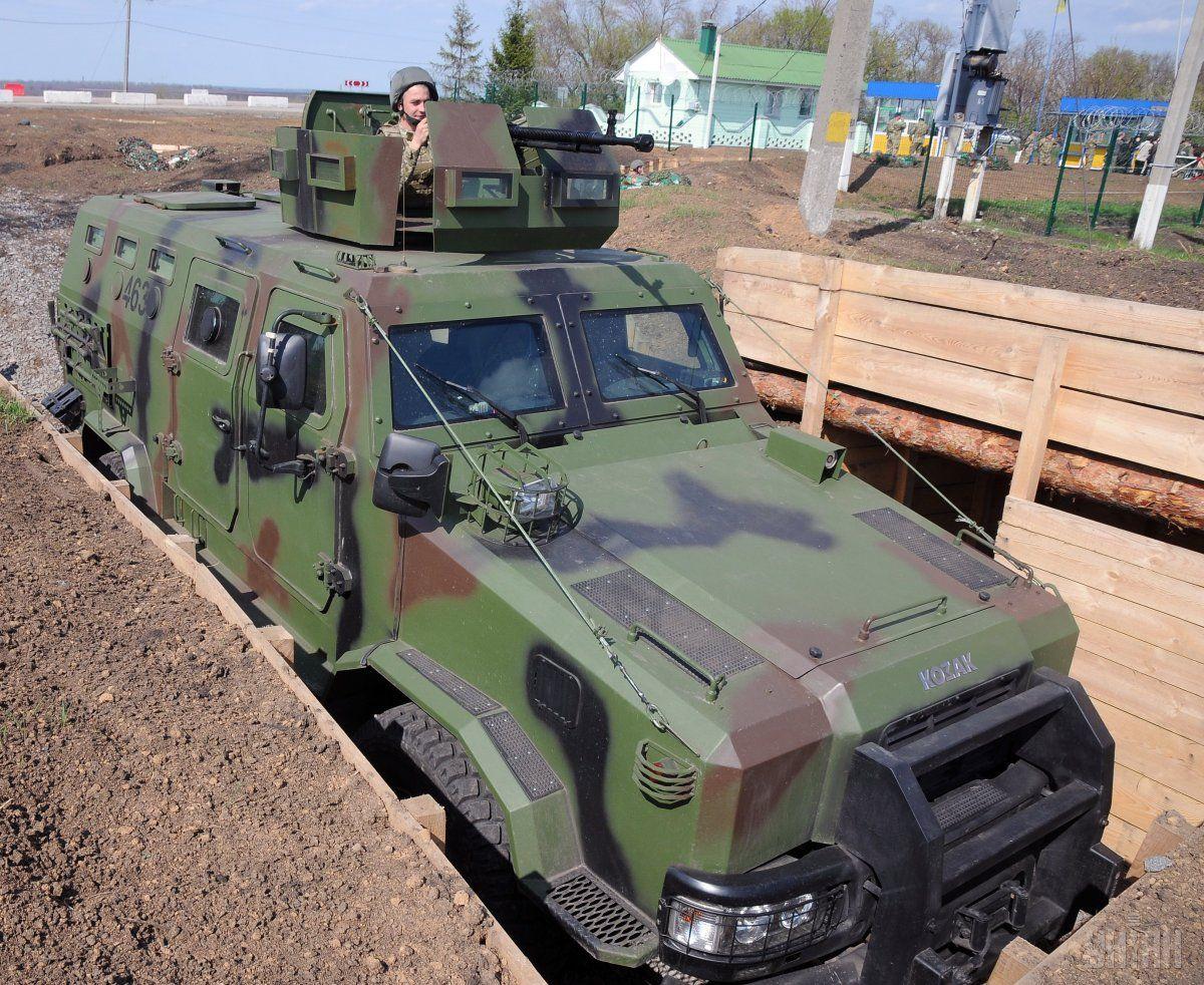 НаУкраине бойцы Нацгвардии набронемашине сбили школьника