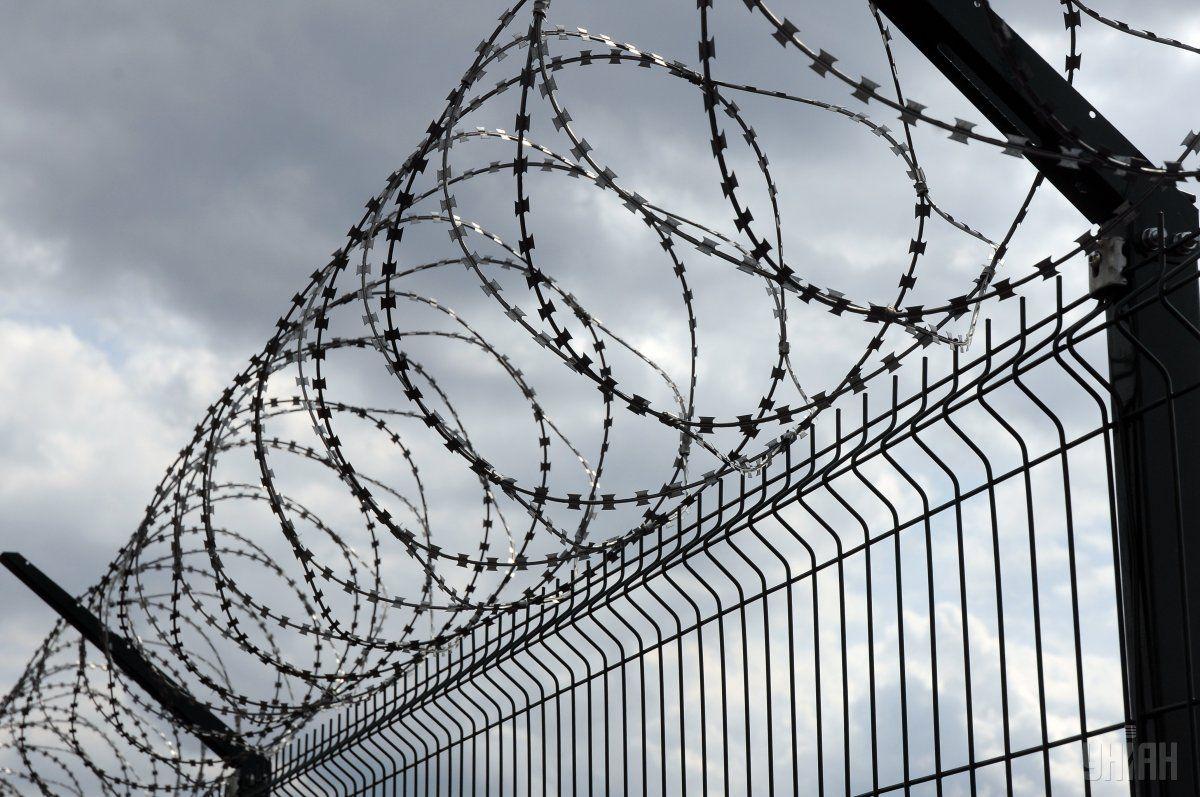 Забор с колючей проволокой на пункте пропуска