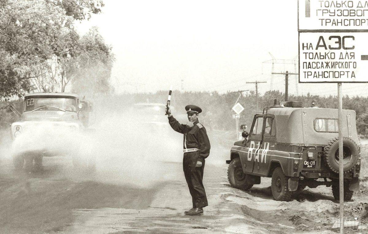 Сотрудник военной автоинспекции регулирует движение автотранспорта, который направляется в район аварии на ЧАЭС на одной из дорог в 30-километровой зоне в мае 1986 года / УНИАН