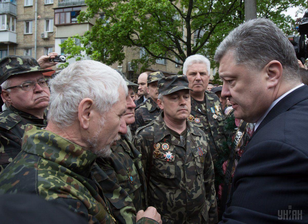 Президент Порошенко общается с военными после церемонии / УНИАН