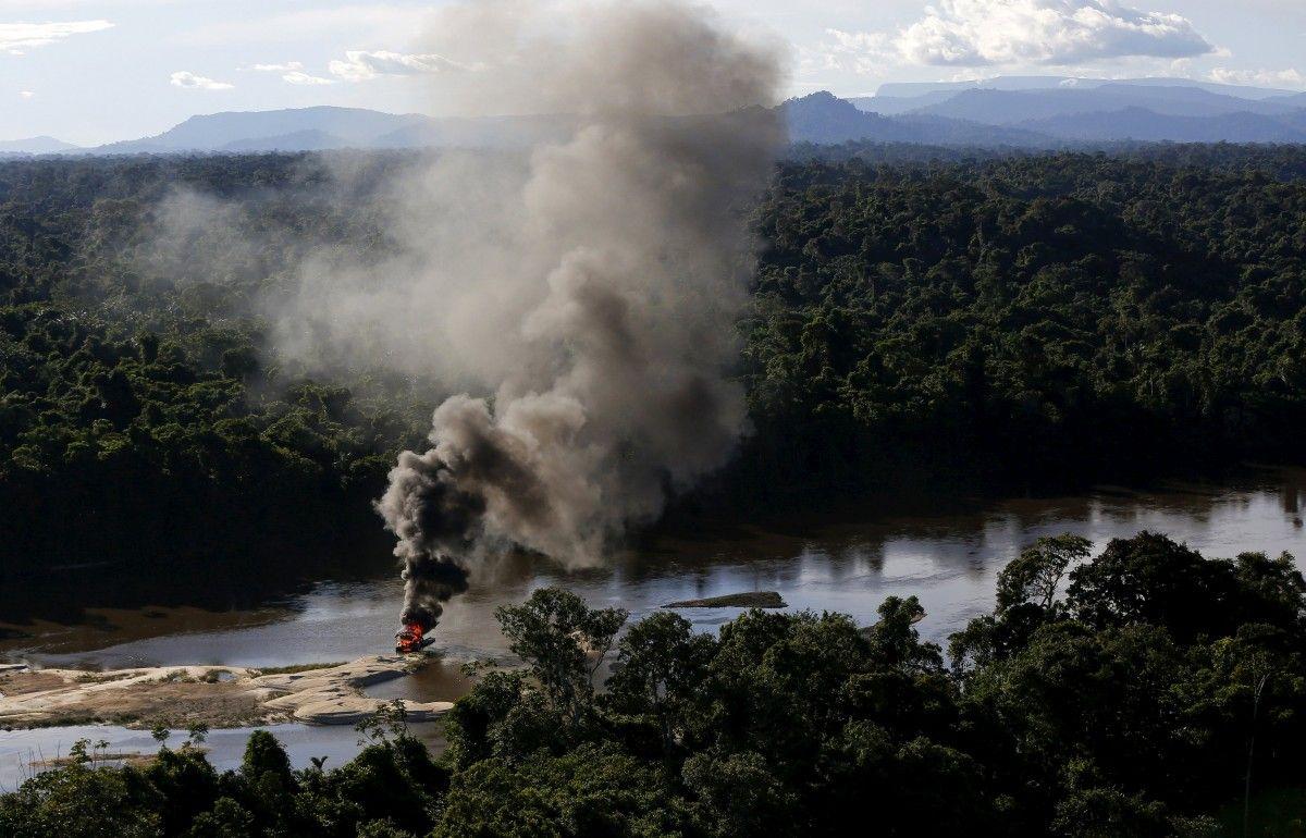 Пылающий лагерь нелегальных золотодобытчиков / REUTERS