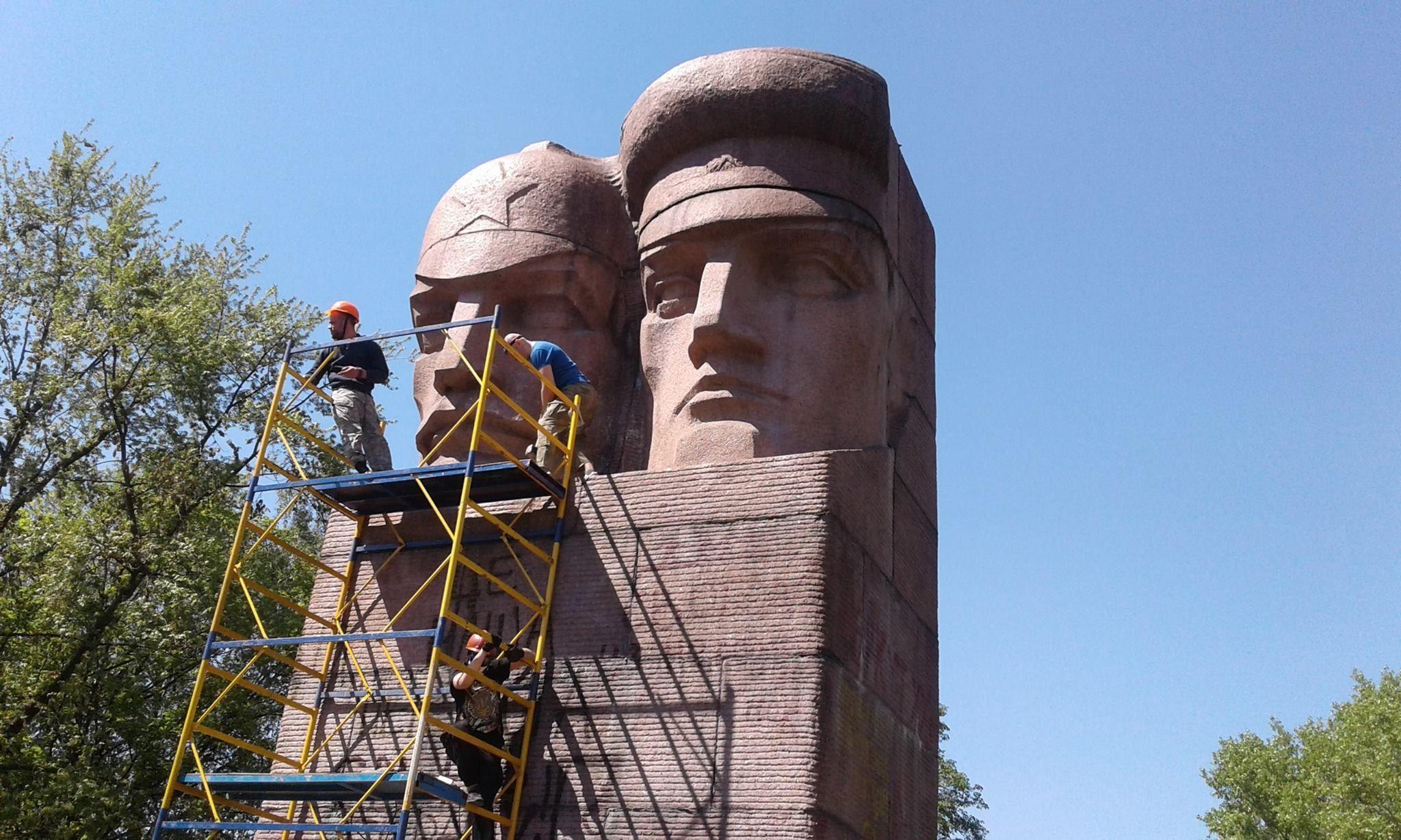 «Правому сектору» и«Азову» неудалось сломать киевский монумент чекистам