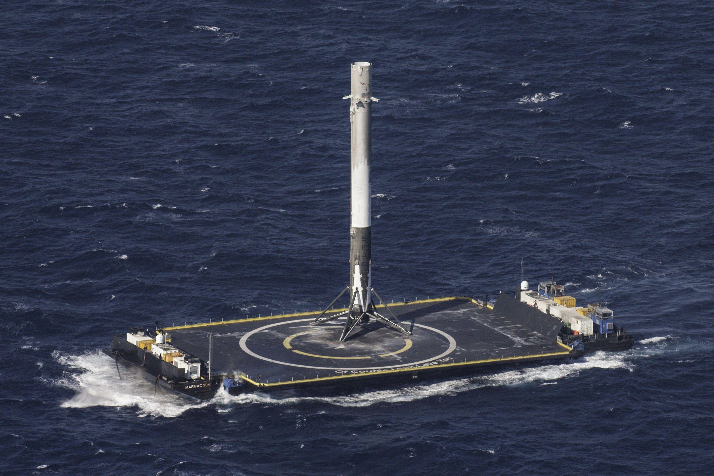 SpaceX показала нове відео історичної посадки ракети на плавучу платформу