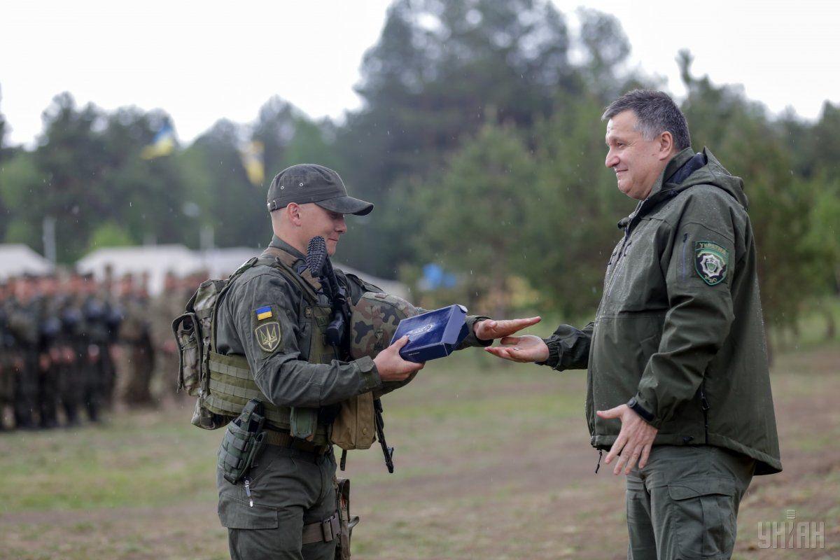 Арсен Аваков вручає винагороду герою протистояння / УНІАН