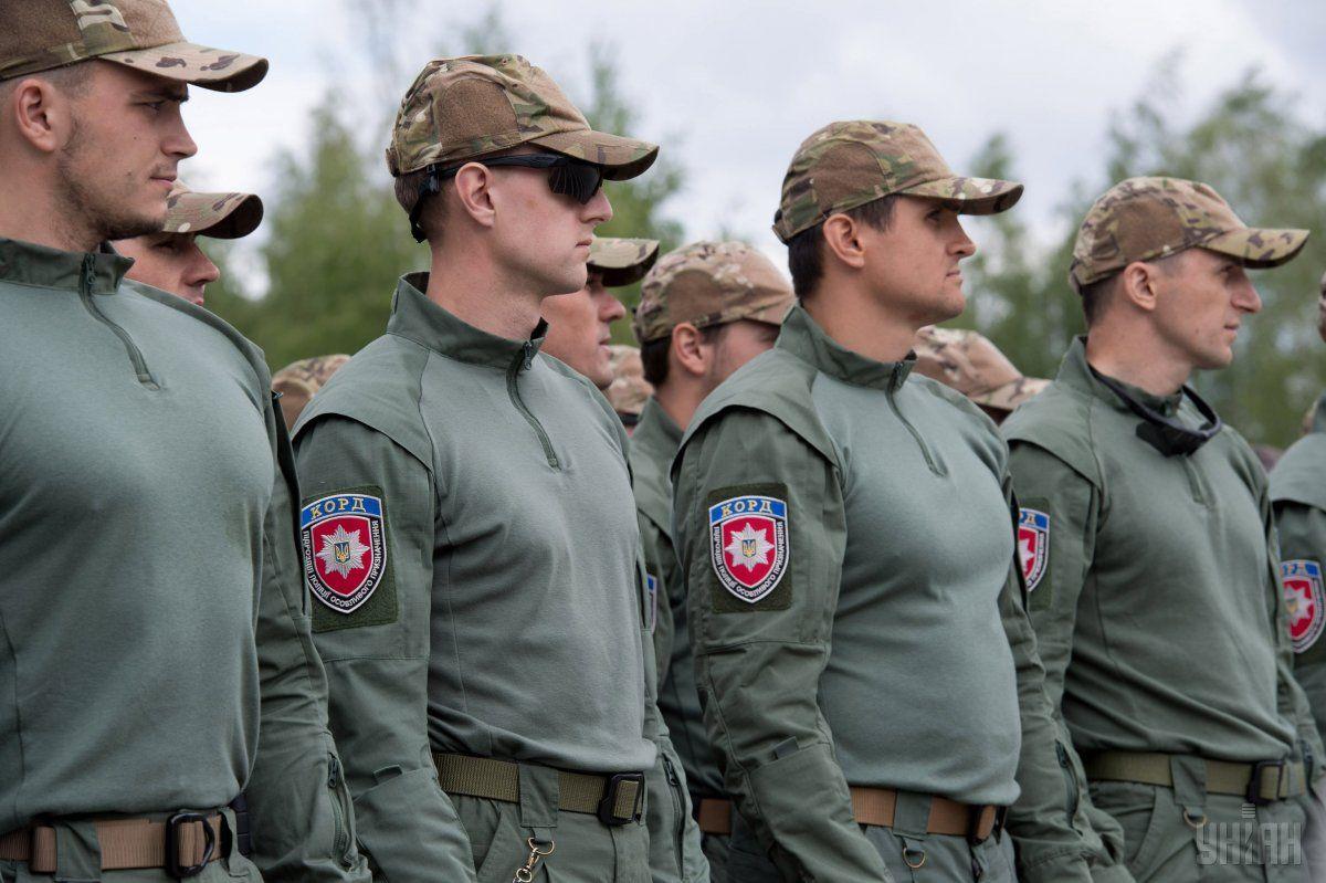 Затриманого житомирські поліцейські передали київським колегам / Фото УНІАН