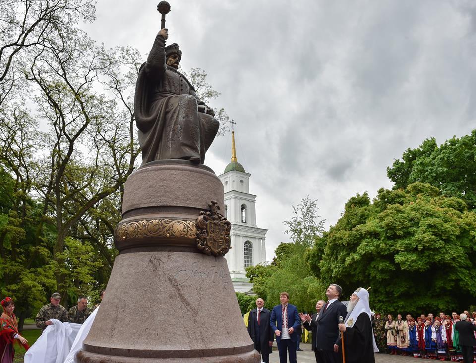 У Полтаві відкрили пам'ятник Мазепі / Фото facebook/poroshenko