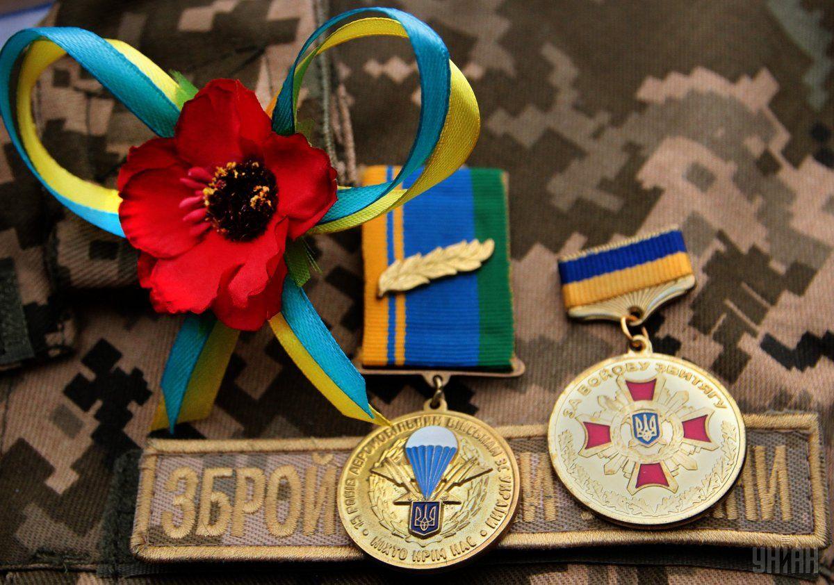 Медали и цветок красного мака на груди военнослужащего во время мероприятий ко Дню памяти и примирения в Ивано-Франковске / Фото УНИАН