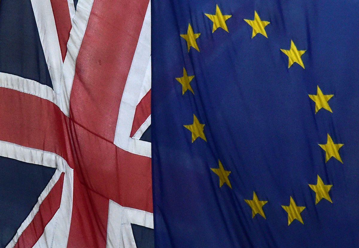Прапори Великобританії та ЕС / REUTERS