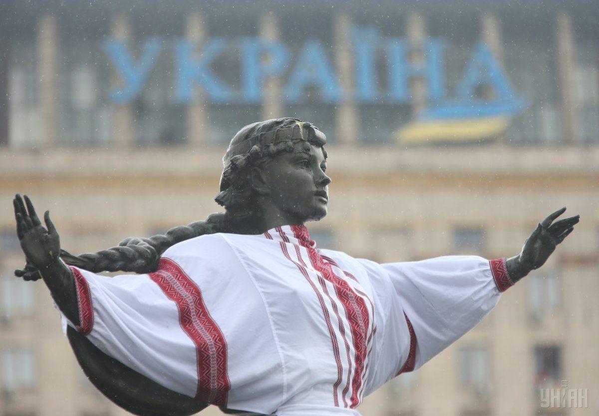 Пам'ятник Либіді та Засновникам Києва на Майдані Незалежності у вишиванці / УНІАН