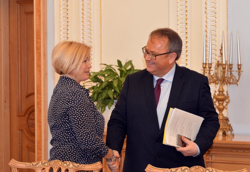 Геращенко спросила французского сенатора, кто из европейских политиков готов приехать наблюдателем на Донбасс / Фото facebook.com/iryna.gerashchenko