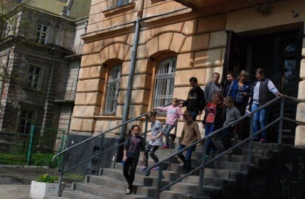 У Львівській школі-інтернаті №2 впала стеля / Фото mns.gov.ua