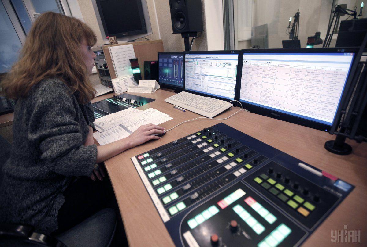 Активисты заявляют, что почти все радиостанции полностью придерживались требований закона / фото: УНИАН