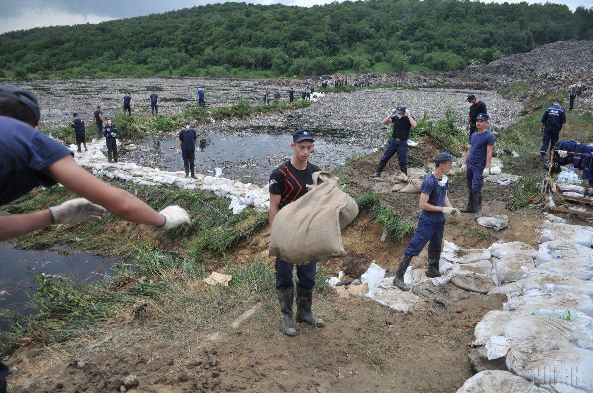 Работы по укреплению дамбы на территории свалки / УНИАН
