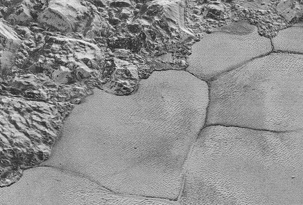 Фрагмент плато Спутник с многоугольными образованиями / NASA