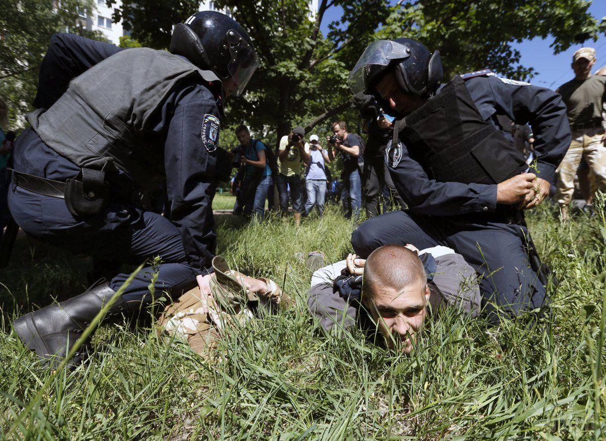 Співробітники міліції затримують супротивників