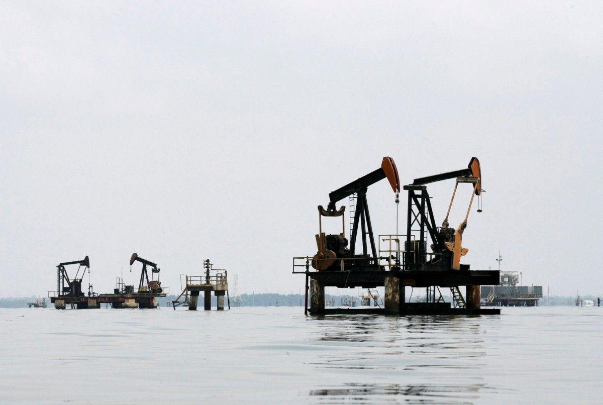 Цены на нефть вернулись к росту на фоне ослабления доллара
