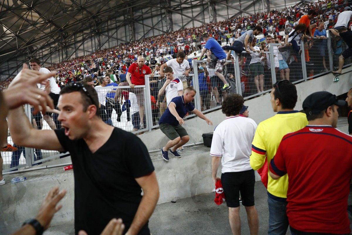 Сборной России по футболу могут грозить серьезные санкции за драку ее фанатов на матче с Англией