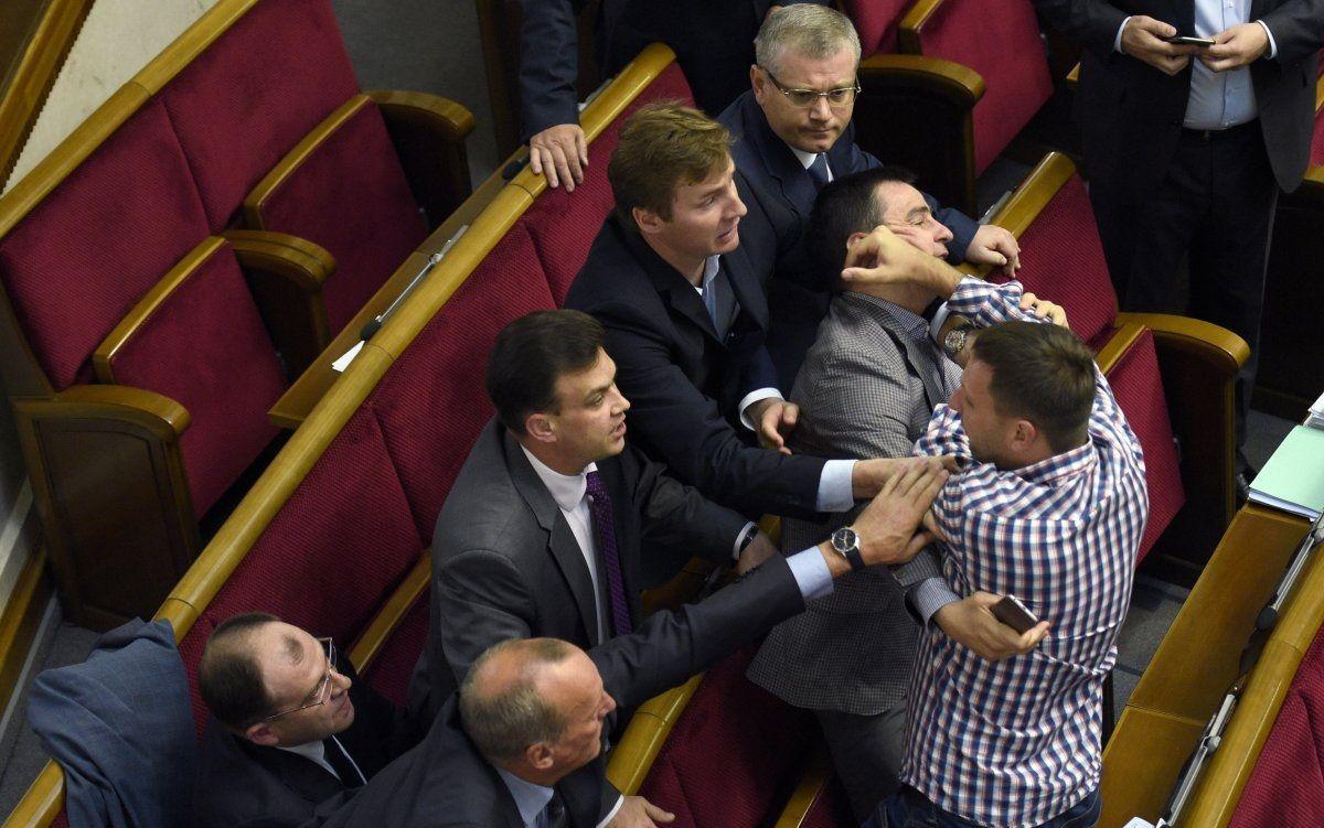15 июня депутаты в Раде снова нарушали порядок. Отличились Парасюк и