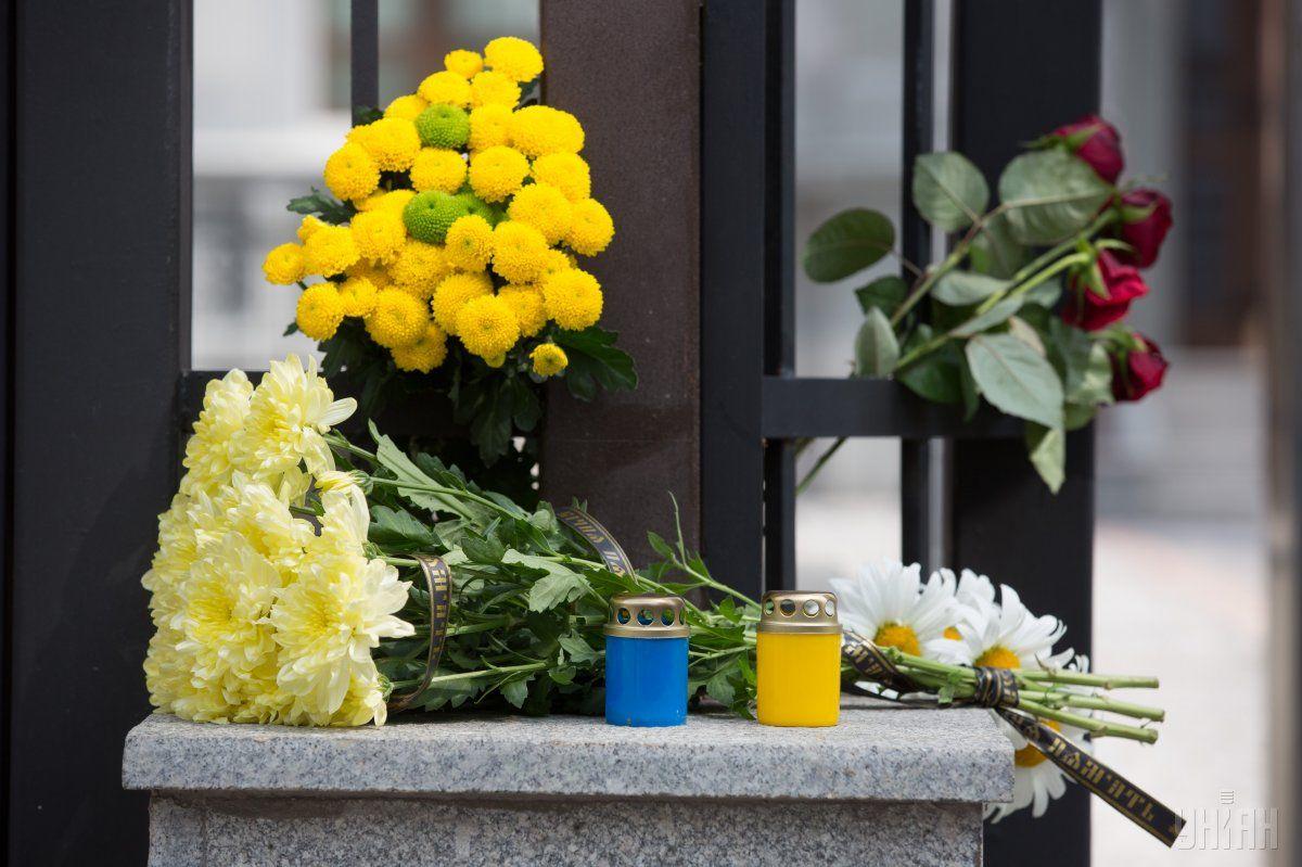 У Києві почали приносити квіти до Посольства Туреччини / Фото УНІАН