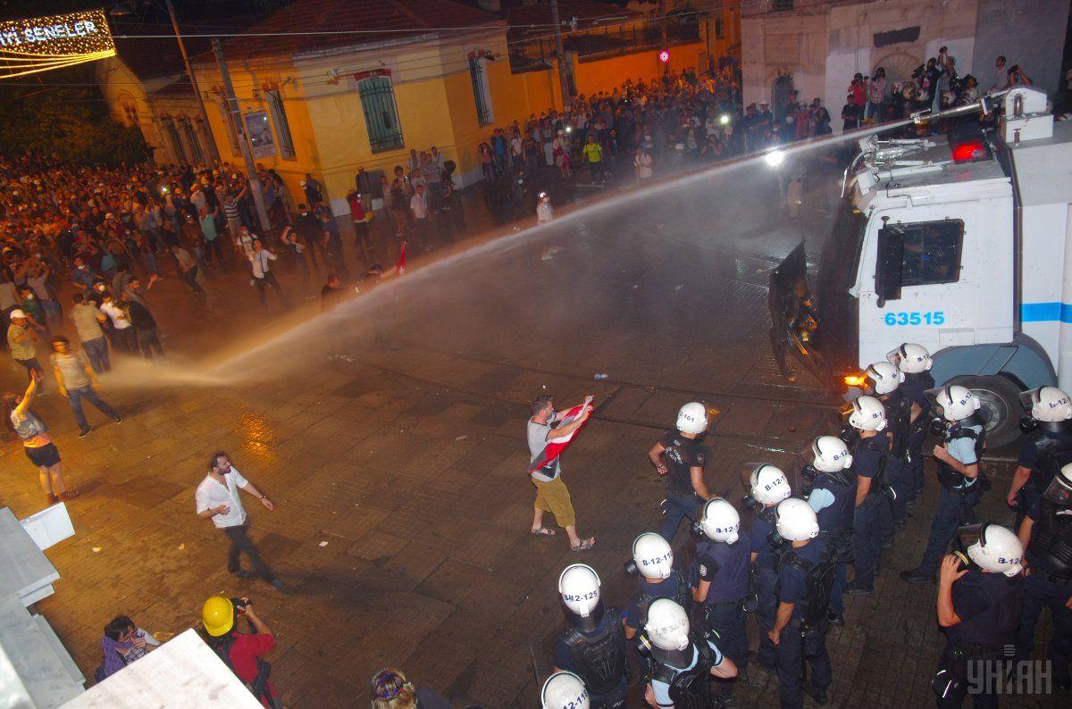 Полиция использует водомет для разгона участников акции протеста в Стамбуле, 2013 год / Фото УНИАН