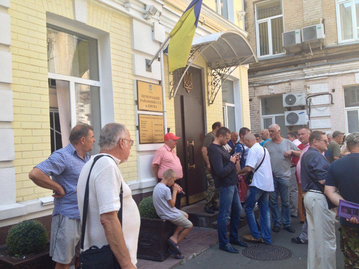 ВПечерском суде блокируют вывоз «Бати» втюрьму: появилось видео