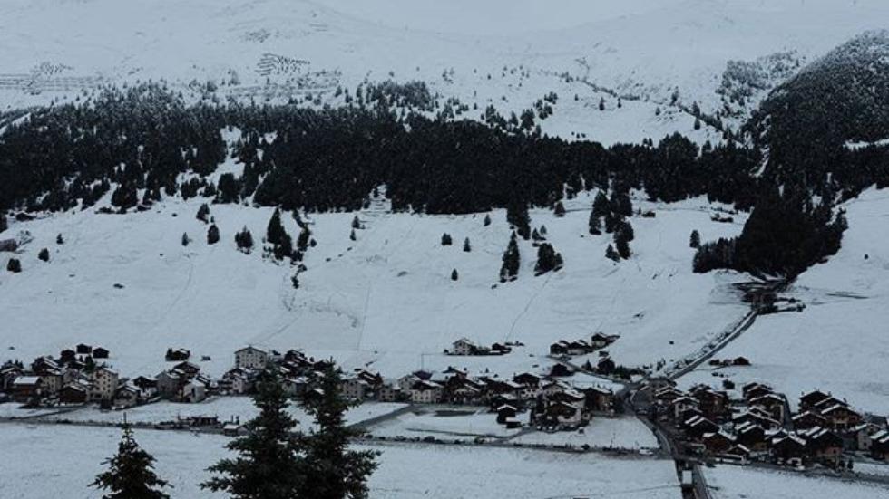 З монастиря відкривається вид на альпійське долину / weather.com, Riccardo Galli/Instagram