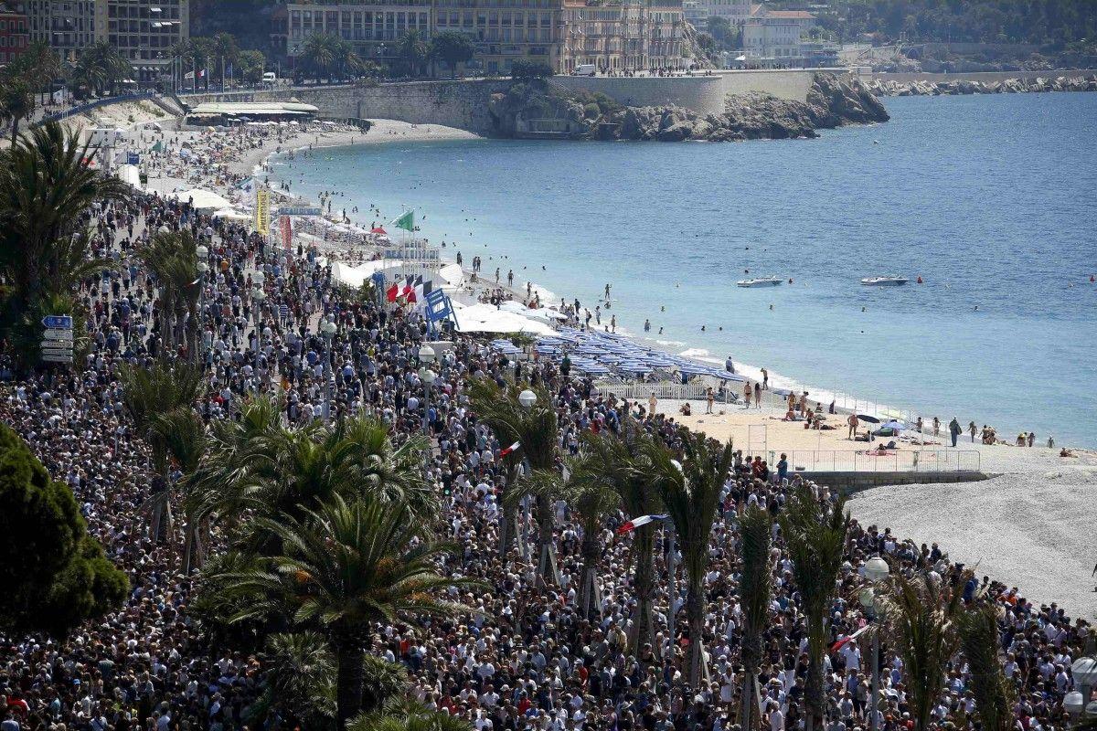 18 июля тысячи людей собрались на месте трагедии в Ницце, чтобы почтить минутой молчания память погибших здесь в минувшую пятницу. / REUTERS