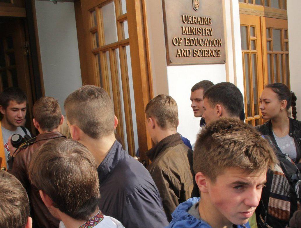 Абитуриенты с оккупированных территорий получили право поступать в эвакуированные вузы по результатам вступительных экзаменов, а не ВНО / Фото УНИАН