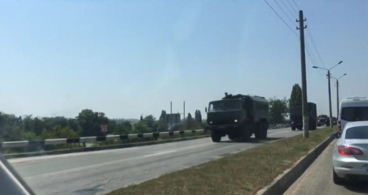 The Russian occupiers are relocating army trucks in Crimea / Screenshot