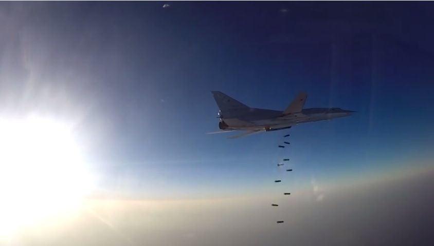Минобороны опубликовало видео массированного удара бомбардировщиков побоевикамИГ вСирии
