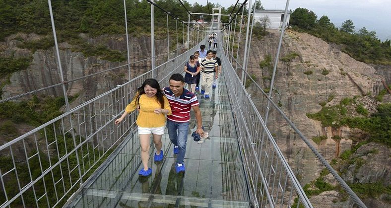 Самый длинный прозрачный мост открыли для туристов в«Поднебесной»