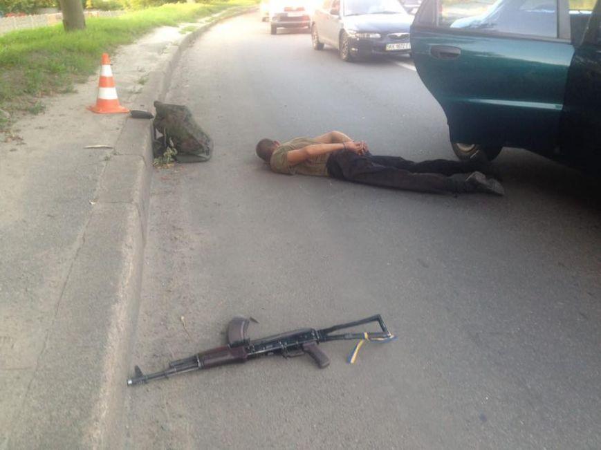 ВХарькове нетрезвый мужчина вкамуфляже стрелял втакси изавтомата