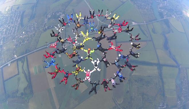 Под Харьковом 50 парашютистов установили новый национальный рекорд