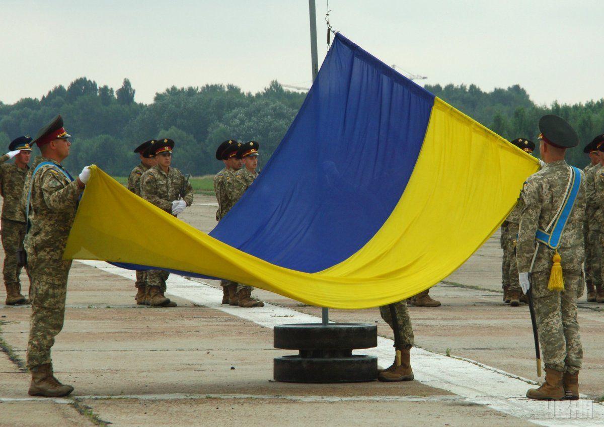 НаСофийской площади вКиеве торжественно подняли флаг государства Украины