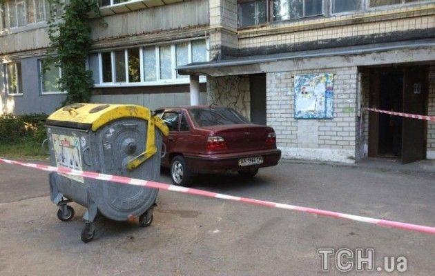 ВКиеве вприпаркованном уподъезда авто отыскали труп