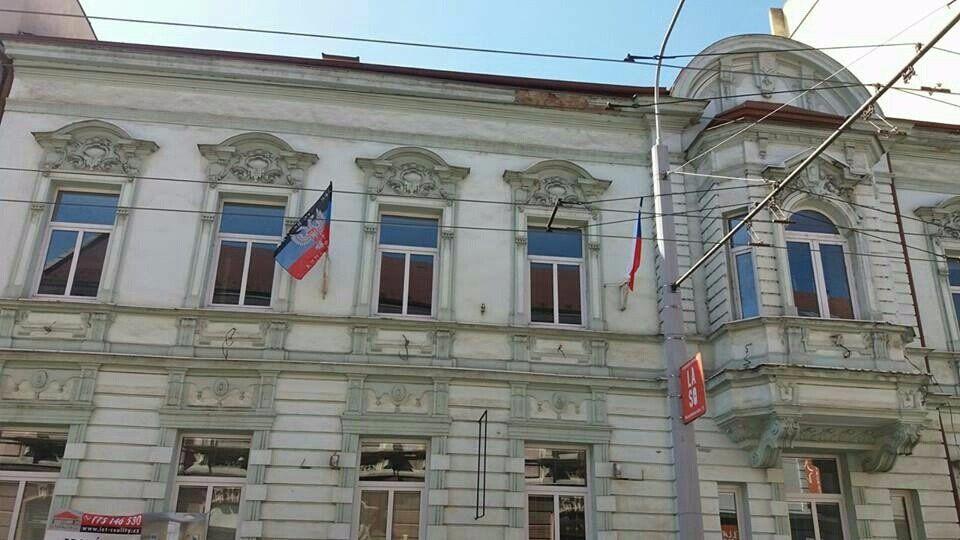 На фасаде здания - флаги боевиков / Вести