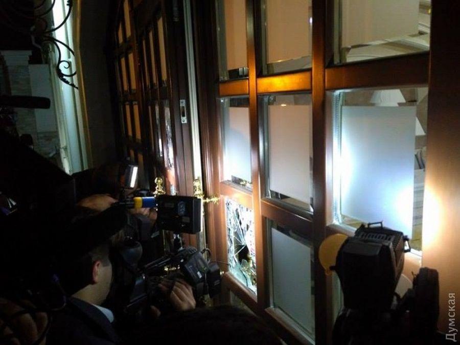 Вооруженные люди захватили заложников вмногоэтажном здании отеля вОдессе