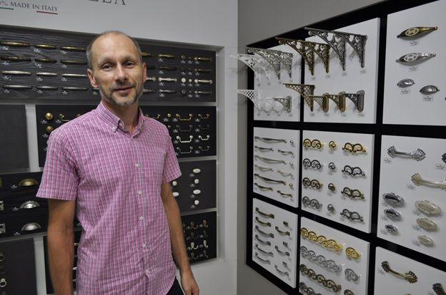 Александр Скура,  занимается изготовлением мебели  с 1996 года