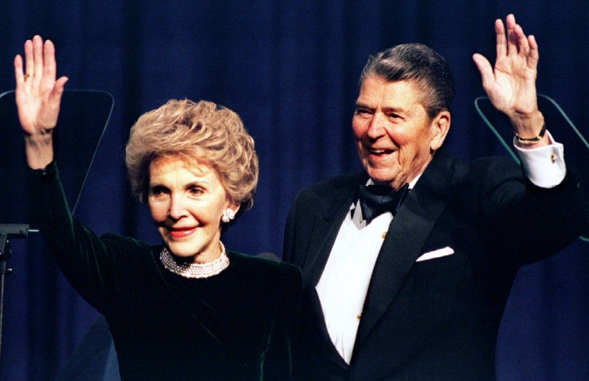 Бывший президент США Рональд Рейган и его жена Нэнси волны во время участия в гала празднования своего 83-й день рождения, в Вашингтоне / REUTERS