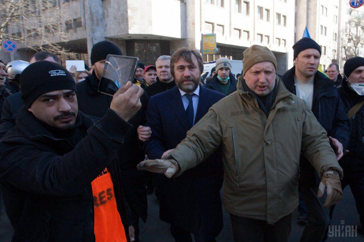 Мустафа Найем, Вадим Новинский и Александр Турчинов во время столкновений возле штаба