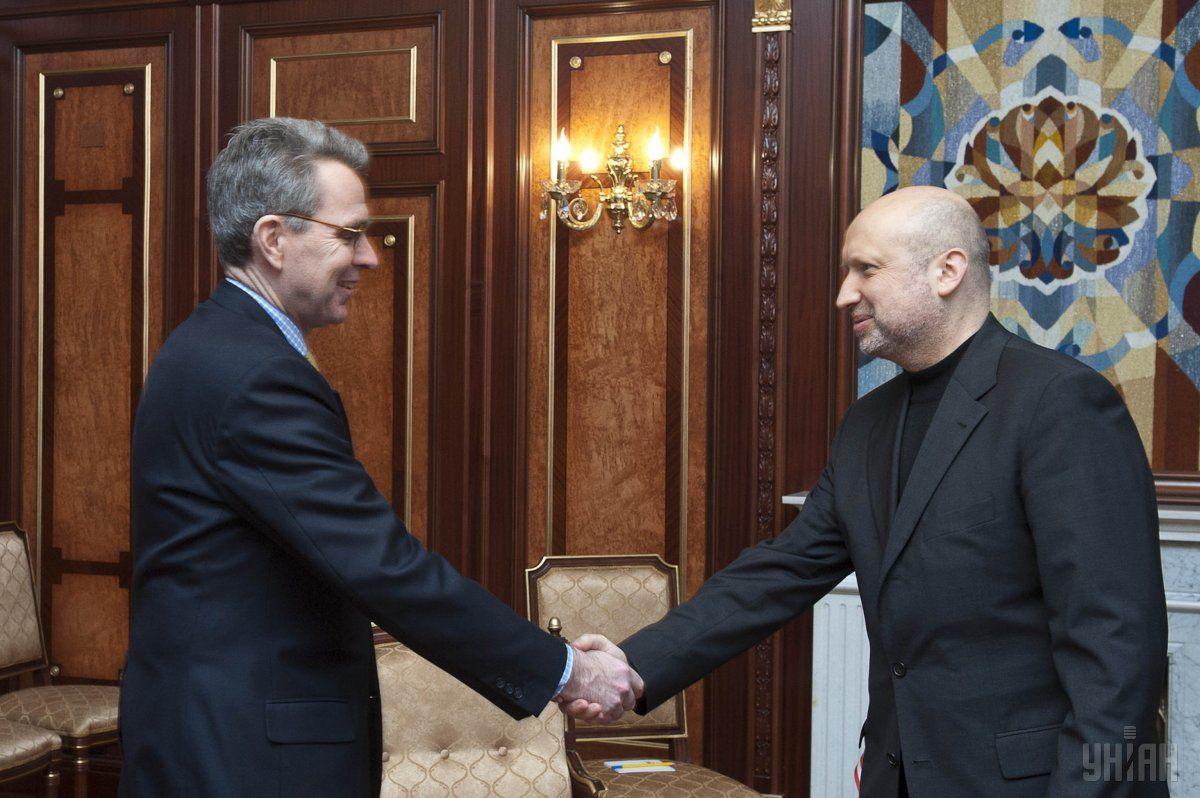 Глава ВР Александр Турчинов и посол США в Украине Пайетт во время встречи в Киеве, в воскресенье, 23 февраля 2014 / УНИАН
