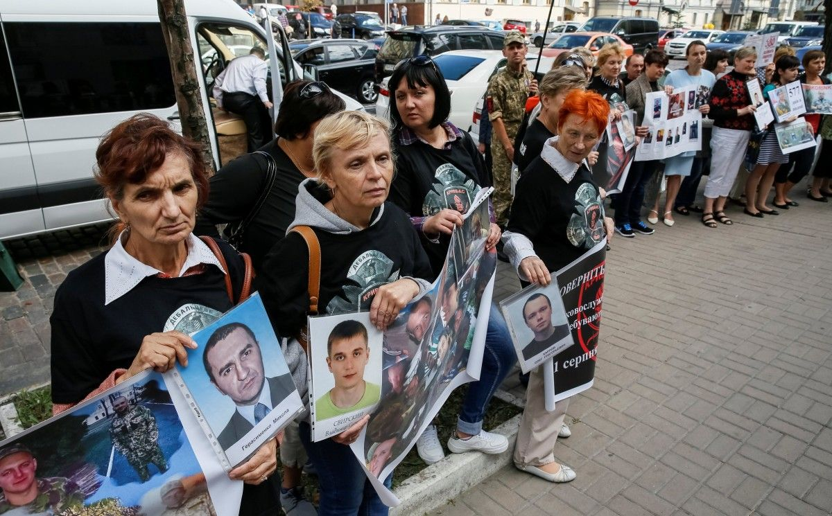 Родственники пленных украинских военных пришли под здание посольства ФРГ /REUTERS